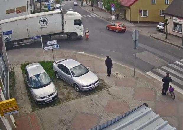 Riskantní přecházení před kamionem ženu málem stálo život. Naštěstí odešla po svých