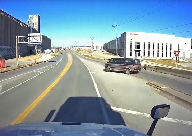 Řidič zvolil pro otáčení nejhorší možné místo. Jak to asi mohlo skončit?