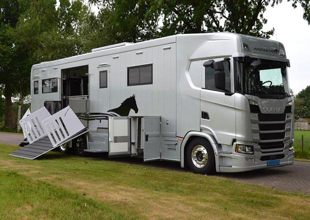 Scania řady S předvádí, že i přeprava koní může probíhat v luxusu