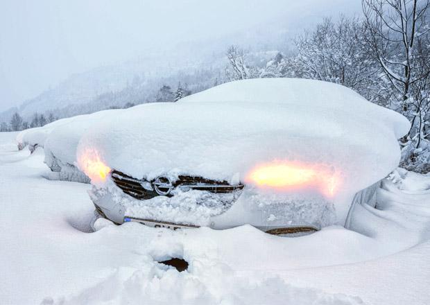 Čistíte své auto od sněhu a ledu? Pokud ne, hrozí vám pokuta! A jak je to v zahraničí?