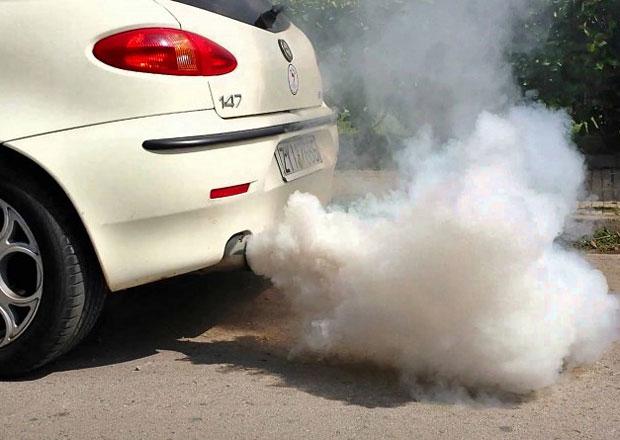 Nadměrný kouř z výfuku: Poznáte závadu motoru podle jeho barvy?