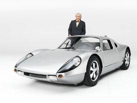 Podívejte se na ta nejúchvatnější závodní Porsche. Průvodcem je Derek Bell a grid girls