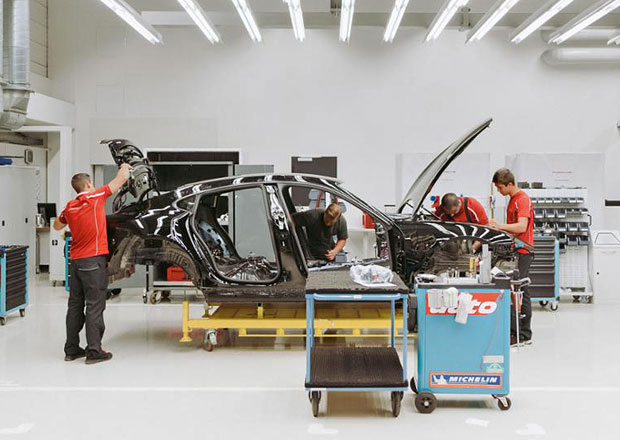 Porsche v tichosti poodhaluje Mission E. Nahlédněte pod pokličku očekávaného elektromobilu