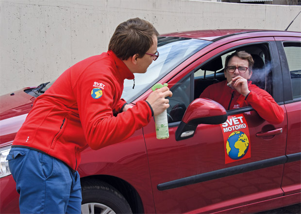 Jak zbavit auto zápachu? Náročná, ale ne nemožná práce