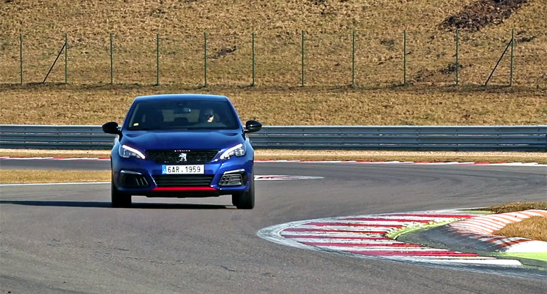 Rychlý kolo v Mostě: Peugeot 308 GTi vs. VW Golf GTI Performance