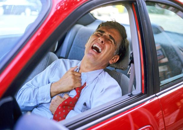 Řidiči a infarkty: Jak pomoci? Defibrilátorem na benzince...