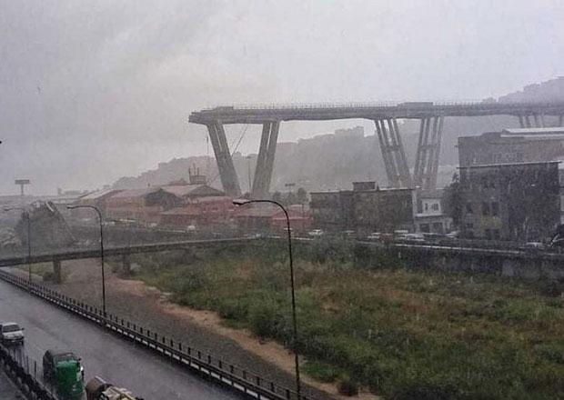 V Janově se zřítil most, podle záchranářů jsou desítky mrtvých