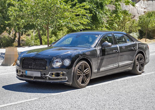 Bentley Flying Spur zachycen špiony. V útrobách má plug-in hybrid