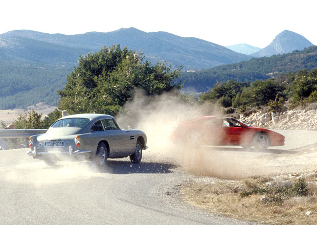 Chcete auto Jamese Bonda? Aston Martin vám ho postaví, včetně otočné spz!