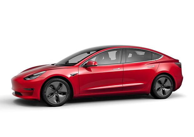 Tesla uvedla na trh nový Model 3. Ten základní to ale stále ještě není
