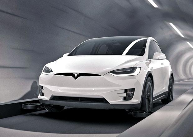 Musk představil tunel pro superrychlou jízdu. Prezentuje ho pomocí Tesly