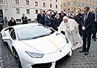 Papežovo Lamborghini se prodalo v aukci. Na charitu půjde hodně peněz