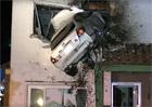 Nejkurióznější nehoda roku? Řidič zapíchl auto do domu. Ve druhém patře!