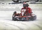 Šťastní fanoušci vyzvali Räikkönena na motokárách. Jak sněhový souboj dopadl?
