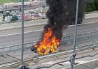 Další hořlavá nehoda Tesly. Prý jsou za tím opravdu baterky