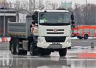 Mladá hasička pět let neřídila, teď usedla do Tatry 6x6. A na smykové desce všem vytřela zrak