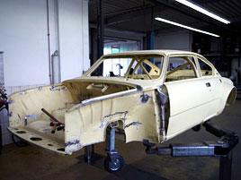Někdo se snažil postavit kopii Škody 200 RS, ale skončil u karoserie. Tu teď prodává, za čtvrt milionu
