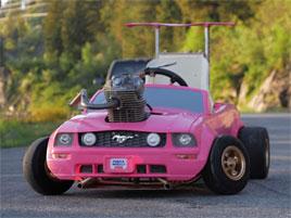 Dětské autíčko dostalo skutečný motor. Výsledek je ohromující