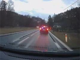 Řidič na Mělnicku natočil muže, který si hrál na policistu. Šoféra chtěl zkasírovat