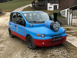 Z divného auta se stalo ještě divnější. Na prodej je Multipla, která vypadá jako Mašinka Tomáš