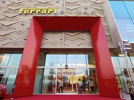 Největší obchod na světě se zbožím od Ferrari otevřen v Dubaji: titulní fotka