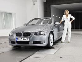 S modelkou ve větrném tunelu BMW: titulní fotka