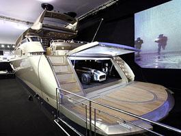 Luxusní jachta s Caterhamem uvitř: dovolená jak má být: titulní fotka