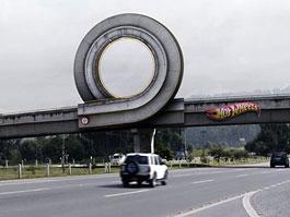 Hot Wheels dráha v životní velikosti: povedená reklama: titulní fotka