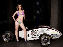 Dívka v plavkách u formule = uzavření univerzitního závodního týmu: titulní fotka
