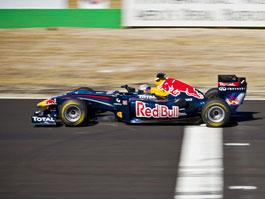 Tom Cruise za volantem Red Bull F1: titulní fotka