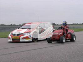 Video: Honda Civic BTCC vs Honda Mean Mower: titulní fotka