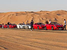 Ferrari California T Deserto Rosso: Milionáři natáčí v poušti: titulní fotka