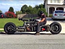 Tohle je možná nejúžasnější motorka, jakou jsme kdy viděli. Pohání ji diesel z míchačky na beton: titulní fotka