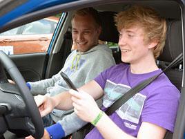 Osmnáctiletý mladík přišel o řidičak 49 minut poté, co ho získal: titulní fotka