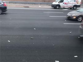 Z havarované dodávky na dálnici vypadaly peníze. A lidi začali bláznit: titulní fotka