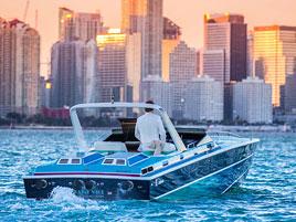 Na prodej je jachta z Miami Vice. Dostanete k ní i seriálovou repliku Ferrari Daytona: titulní fotka