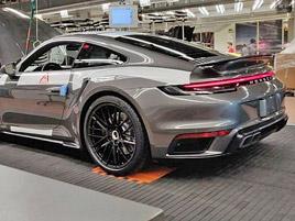 Tohle by mělo být nové Porsche 911 Turbo. Automobilce unikla fotka z továrny: titulní fotka