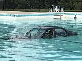 Lekce parkování skončila fiaskem. Auto po ní lovili z bazénu: titulní fotka