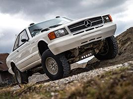Věděli jste, že existuje Mercedes 560 SEC v terénní verzi? Startoval na Dakaru: titulní fotka