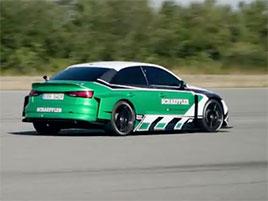 Nejdivnější závod, jaký dnes uvidíte. Elektrické Audi si podá Porsche 911 GT2 RS. Pozpátku…: titulní fotka