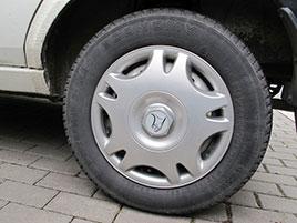 Řidič v Olomouci jezdil na pneumatikách starých 23 let. Výrobce plášťů zveřejnil několik zajímavých rekordů: titulní fotka