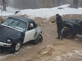 Scéna, kterou asi naživo nikdy neuvidíte. Porsche 911 s pásy místo zadních kol zachraňuje teréňák: titulní fotka