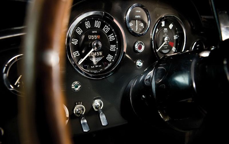 Aston Martin DB5 po Jamesi Bondovi míří do aukce: - fotka 1