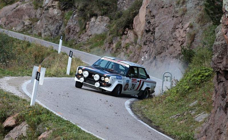 Děsivá bouračka ve starém závodním Fiatu ukazuje, jak důležitá je bezpečnostní klec: - fotka 1