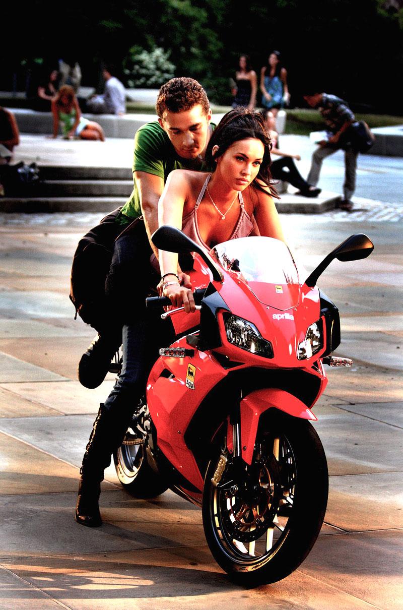 Megan Fox a Aprilia RS125 ve filmu Transformers II: - fotka 1