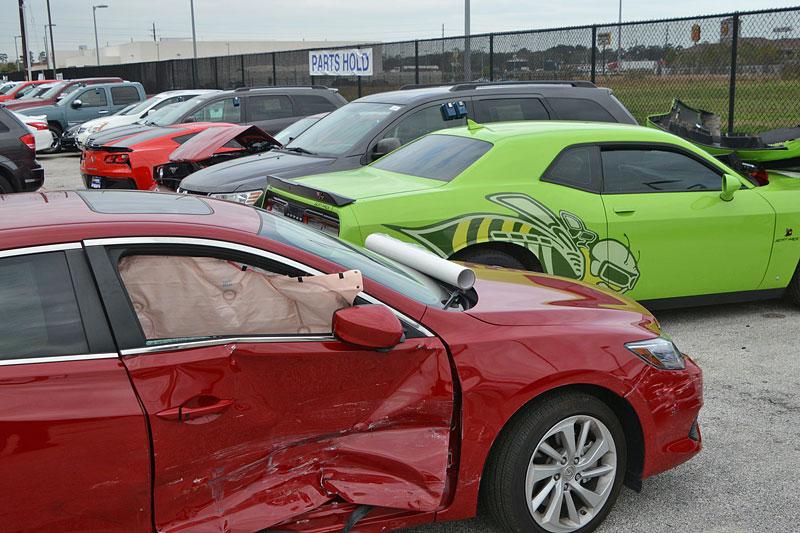 Puberťáci se vloupali do autosalonu, ukradli několik drahých aut a spoustu jich nabourali. Výsledkem je škoda okolo 17 milionů: - fotka 1