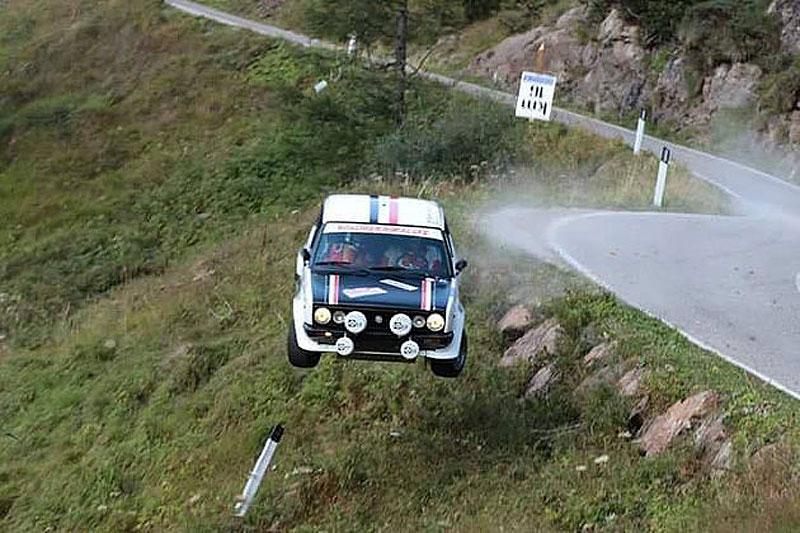 Děsivá bouračka ve starém závodním Fiatu ukazuje, jak důležitá je bezpečnostní klec: - fotka 2