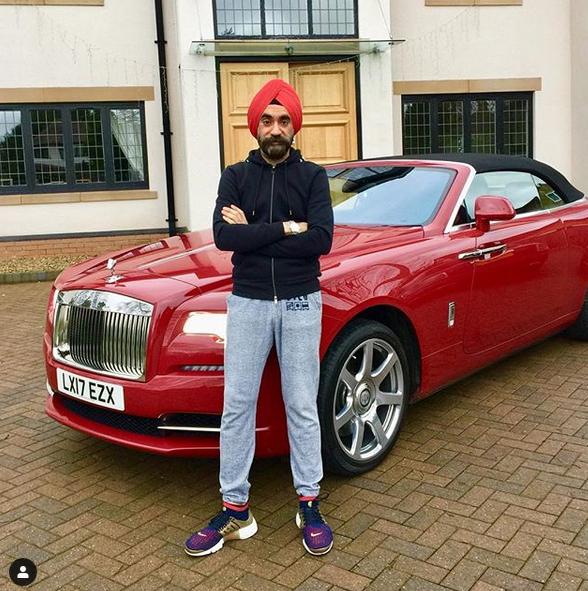 Indický miliardář si koupil najednou šest vozů Rolls-Royce. Jejich barvu vybíral tak, aby ladila s jeho turbanem: - fotka 2