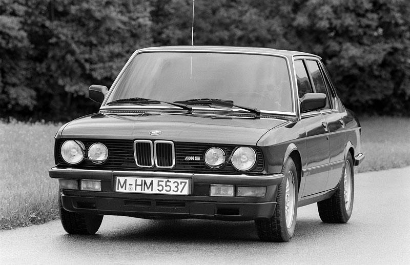 Pod lupou: BMW M5 - Bavorský dálniční expres: - fotka 12