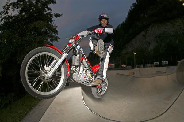 Chris Pfeiffer - mistr světa 2007 ve streetbike freestyle (5x video): - fotka 3